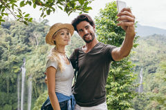 Pares loving que tomam o selfie na floresta fotografia de stock