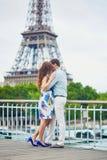 Pares loving românticos que têm uma data perto da torre Eiffel imagem de stock