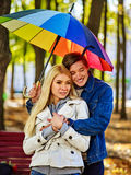 Pares loving um a data sob o guarda-chuva Delicado após a chuva Foto de Stock