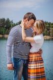 Pares macios que beijam perto do lago ou do rio Imagem de Stock