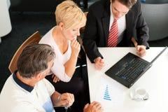 Pares maduros com consultante financeiro Fotografia de Stock