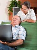 Pares maduros con la computadora portátil Foto de archivo