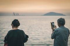 Pares maduros da felicidade para tomar uma foto do por do sol foto de stock royalty free