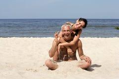 Pares maduros en la playa Imágenes de archivo libres de regalías
