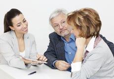 Pares maduros en la reunión con el consejero financiero Fotografía de archivo libre de regalías