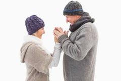 Pares maduros felices en el abarcamiento de la ropa del invierno Fotografía de archivo libre de regalías