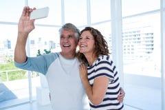 Pares maduros felices que toman el selfie Fotografía de archivo libre de regalías