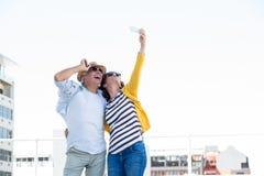 Pares maduros felices que toman el selfie en ciudad Fotografía de archivo
