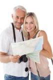 Pares maduros felizes que olham o mapa Fotografia de Stock Royalty Free