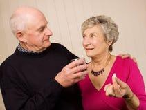Pares maduros mayores que toman la medicación de dolor Foto de archivo libre de regalías