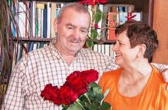 Pares maduros Mulher e homem idosos com ramalhete Imagens de Stock Royalty Free