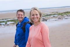 Pares maduros na praia Imagem de Stock Royalty Free