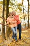 Pares maduros no parque do outono Fotografia de Stock