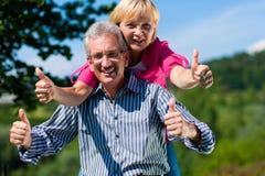 Pares maduros o mayores felices que tienen paseo Foto de archivo libre de regalías