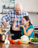 Pares maduros ordinários que cozinham junto fotografia de stock