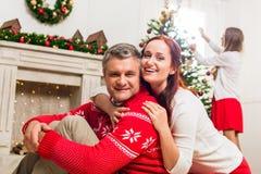 Pares maduros que abrazan en la Navidad Fotografía de archivo libre de regalías