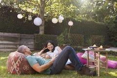 Pares maduros que apreciam bebidas no quintal junto fotos de stock royalty free