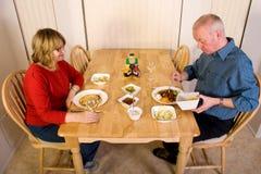 Pares maduros que comen la cena. Imagen de archivo libre de regalías