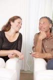 Pares maduros que comparten los auriculares. Fotos de archivo libres de regalías