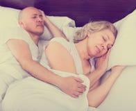 Pares maduros que dormem na cama Imagens de Stock Royalty Free