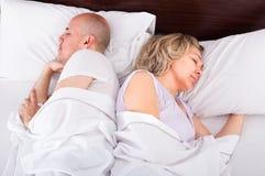 Pares maduros que duermen en cama Fotografía de archivo