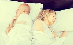 Pares maduros que duermen en cama Imagen de archivo