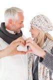 Pares maduros que formam o coração com mãos Fotografia de Stock