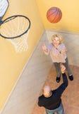 Pares maduros que jogam o basquetebol no pátio Foto de Stock