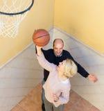 Pares maduros que jogam o basquetebol no pátio Foto de Stock Royalty Free