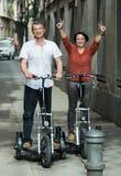 Pares maduros que permanecen con las bicis eléctricas imágenes de archivo libres de regalías