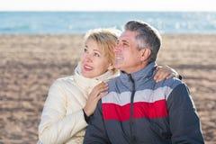 Pares maduros que se relajan en la playa del mar Fotografía de archivo
