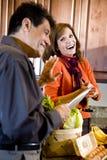 Pares maduros que têm o divertimento cozinhar na cozinha Fotografia de Stock Royalty Free