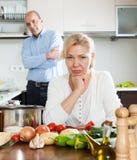 Pares maduros que tienen pelea en la cocina Imagen de archivo libre de regalías