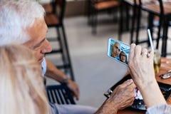 Pares maduros que toman el selfie Fotografía de archivo