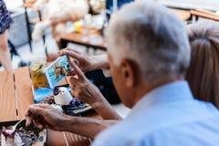 Pares maduros que toman el selfie Imágenes de archivo libres de regalías