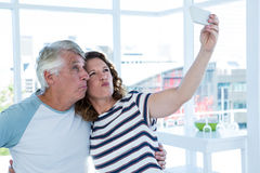 Pares maduros que toman el selfie Foto de archivo libre de regalías