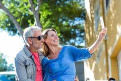 Pares maduros sonrientes que toman el selfie Imagen de archivo libre de regalías