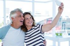 Pares maduros sonrientes que toman el selfie Imágenes de archivo libres de regalías