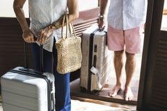 Pares maduros vacationing en un centro turístico Imagen de archivo