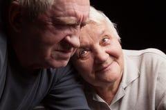 Pares mais velhos felizes em um fundo preto Fotos de Stock Royalty Free