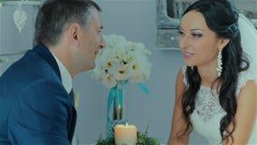 Pares maravillosos de la boda de la comunicación almacen de metraje de vídeo