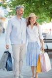 Pares, marido feliz y esposa maduros volviendo de compras imágenes de archivo libres de regalías