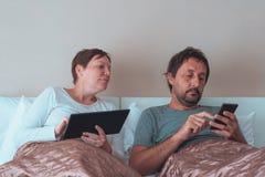 Pares, marido y esposa aburridos en dormitorio imágenes de archivo libres de regalías
