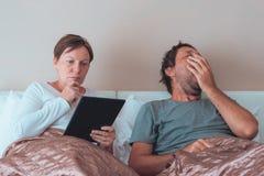 Pares, marido y esposa aburridos en dormitorio imagenes de archivo