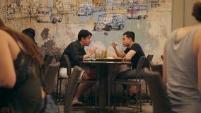 Pares masculinos que falam e que apreciam o jantar no restaurante chinês na cidade de China Banguecoque, Tailândia - 9 de novembr video estoque