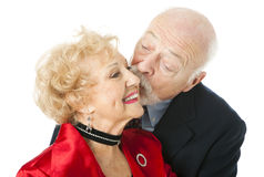 Pares mayores - beso de la tarjeta del día de San Valentín Fotografía de archivo