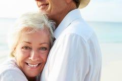Pares mayores cariñosos en día de fiesta tropical de la playa Imagen de archivo libre de regalías
