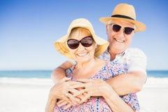 Pares mayores con el abarcamiento del sombrero Fotografía de archivo libre de regalías