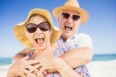Pares mayores con el abarcamiento del sombrero Imagen de archivo libre de regalías