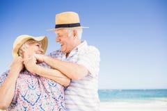 Pares mayores con el abarcamiento del sombrero Imagen de archivo